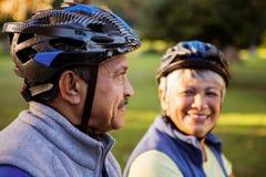 Fermez-vous des couples mûrs tenant le casque de recyclage Image libre de droits