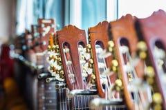 Fermez-vous des cous de guitare acoustique sur le fond trouble Photographie stock libre de droits