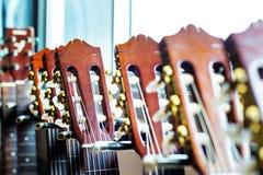 Fermez-vous des cous de guitare acoustique sur le fond trouble Photo stock