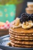 Fermez-vous des crêpes avec les mûres, la banane et la noix fraîches Photographie stock