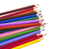 Fermez-vous des crayons de couleur sur le fond blanc avec le chemin de coupure image libre de droits