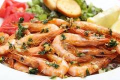 Fermez-vous des crevettes et de la salade frites en huile d'olive images stock
