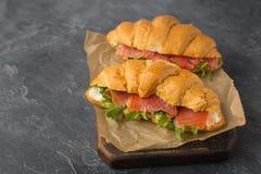 Fermez-vous des croissants faits à la maison délicieux avec les saumons fumés o photographie stock libre de droits