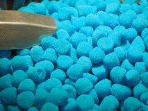 Fermez-vous des cuvettes remplies de grande sélection de différentes sucreries molles colorées photos libres de droits