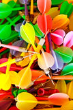 Fermez-vous des dards en plastique colorés Image stock