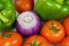 Fermez-vous des divers légumes crus colorés Photos stock