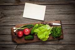 Fermez-vous des divers légumes crus colorés avec Photos stock