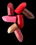Fermez-vous des divers rouges à lèvres sur le noir Photographie stock