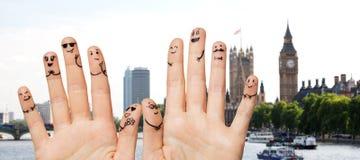 Fermez-vous des doigts avec épouser de visages de smiley Photographie stock libre de droits