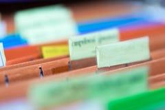 Fermez-vous des dossiers avec des documents de finances personnelles Images stock