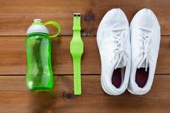 Fermez-vous des espadrilles, du bracelet et de la bouteille d'eau Image libre de droits