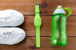 Fermez-vous des espadrilles, du bracelet et de la bouteille d'eau Photo stock