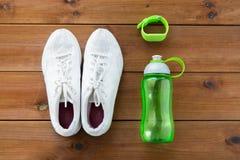 Fermez-vous des espadrilles, du bracelet et de la bouteille d'eau Image stock