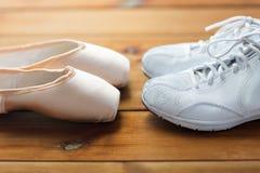 Fermez-vous des espadrilles et des chaussures de pointe sur le bois Image libre de droits