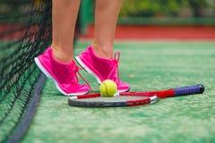 Fermez-vous des espadrilles près de la raquette de tennis et Photo libre de droits