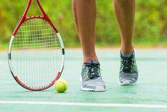 Fermez-vous des espadrilles près de la raquette de tennis et Photos libres de droits