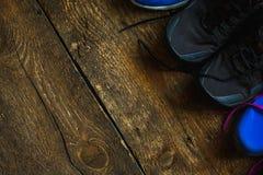 Fermez-vous des espadrilles sur le fond en bois Image stock
