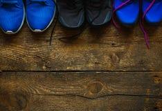 Fermez-vous des espadrilles sur le fond en bois Photo stock