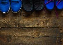 Fermez-vous des espadrilles sur le fond en bois Images stock