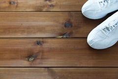 Fermez-vous des espadrilles sur le plancher en bois Photos libres de droits