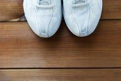 Fermez-vous des espadrilles sur le plancher en bois Image stock