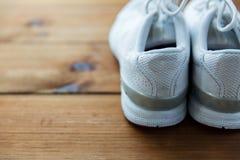 Fermez-vous des espadrilles sur le plancher en bois Photos stock
