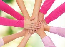 Fermez-vous des femmes avec des mains sur le dessus Image libre de droits