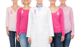 Fermez-vous des femmes avec des rubans de conscience de cancer Photographie stock