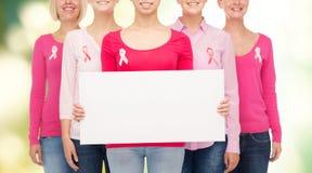 Fermez-vous des femmes avec des rubans de conscience de cancer Photos stock