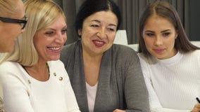 Fermez-vous des femmes d'affaires ayant une réunion à la salle de réunion photo stock