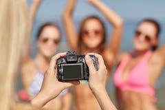 Fermez-vous des femmes de sourire photographiant sur la plage Images libres de droits