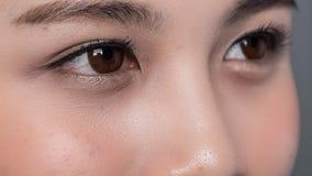 Fermez-vous des femmes de yeux Photos stock
