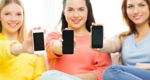 Fermez-vous des femmes ou des amis avec des smartphones Images libres de droits