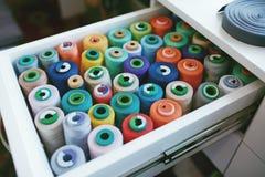 Fermez-vous des fils colorés de Sewig dans le tiroir Photographie stock