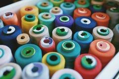 Fermez-vous des fils colorés de Sewig dans le tiroir Images libres de droits