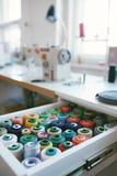 Fermez-vous des fils colorés de Sewig dans le tiroir Images stock