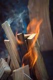 Fermez-vous des flammes de feu de camp Photos stock