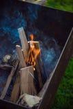 Fermez-vous des flammes de feu de camp Image libre de droits