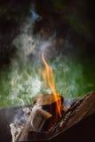 Fermez-vous des flammes de feu de camp Photographie stock