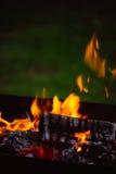 Fermez-vous des flammes de feu de camp Images libres de droits