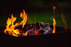 Fermez-vous des flammes de feu de camp Photo libre de droits