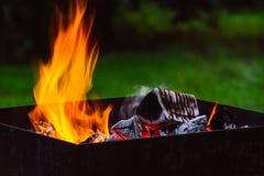 Fermez-vous des flammes de feu de camp Image stock