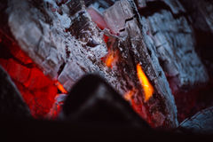 Fermez-vous des flammes de feu de camp Photo stock
