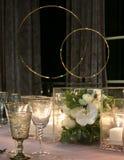 Fermez-vous des fleurs, des bougies et de la vaisselle sur la table de dîner images libres de droits