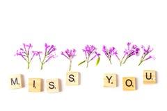Fermez-vous des fleurs lilas et des lettres en bois formant - manquez-vous sur le fond blanc Vue supérieure Concept de l'amour et Image libre de droits
