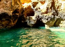 Fermez-vous des formations de roche avec de l'eau turquoise, Lagos, Portugal photo stock