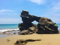 Fermez-vous des formations de roche uniques à la plage de Tinosa de La en Equateur photos stock