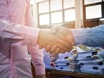 Fermez-vous des gens d'affaires se serrant la main Photo libre de droits