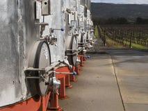 Fermez-vous des grandes cuves de vin au vignoble Photos libres de droits