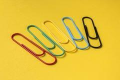 Fermez-vous des grands trombones multicolores lumineux Images stock